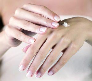 Dłonie – wizytówka kobiety, jak o nie dbać żeby były piękne i młode