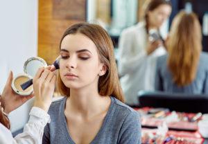 Makijażowe triki, czyli jak modelować różne kształty twarzy