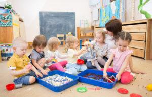 Rozwój emocjonalny dziecka do 2. Roku życia - co może niepokoić?