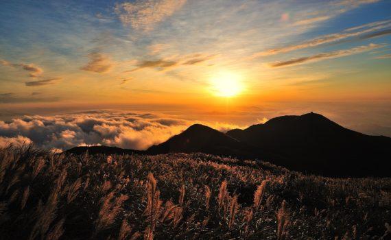 Jakie są zalety spędzania wakacji w górach?