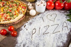 Pizza domowa vs pizza z sieciówki: kto wygrywa w tym pojedynku?