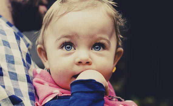 O czym należy pamiętać zabierając niemowlaka na spacer?