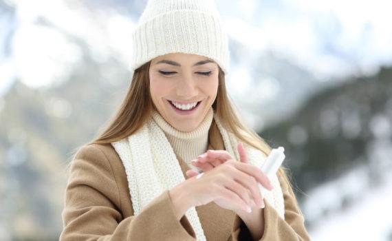 Jak dbać o dłonie i paznokcie zimą