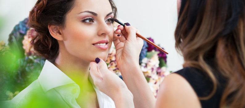 Idealny makijaż na wiosnę - te kosmetyki zrobią furorę!