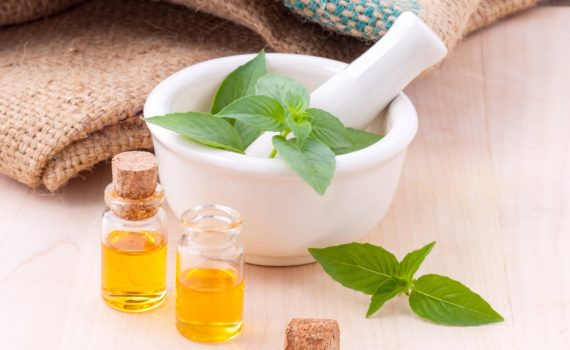 Naturalne kosmetyki w walce z suchą skórą – oto zioła Ojca Klimuszki