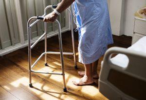 Opieka domowa nad seniorem: opiekunka czy opieka zdalna?