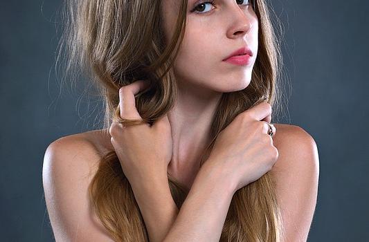 Wypadanie włosów jest Twoją zmorą? Sprawdź skuteczne sposoby radzenia sobie z problemem