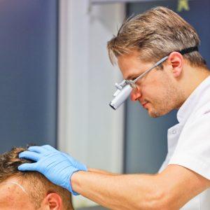 Zagęszczanie czy przeszczep włosów?