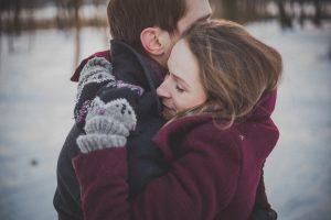 Przytulanie wzmacnia związek, nawet jeśli są deficyty z dzieciństwa