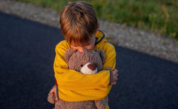 Jak rozmawiać z dziećmi o chorobie, izolacji i śmierci dziadków