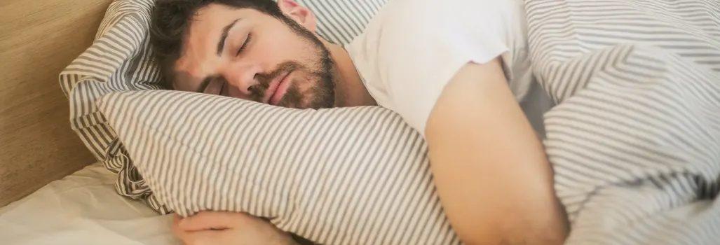 Wygodny materac, lniana pościel i nie tylko – jak zadbać o zdrowy sen?